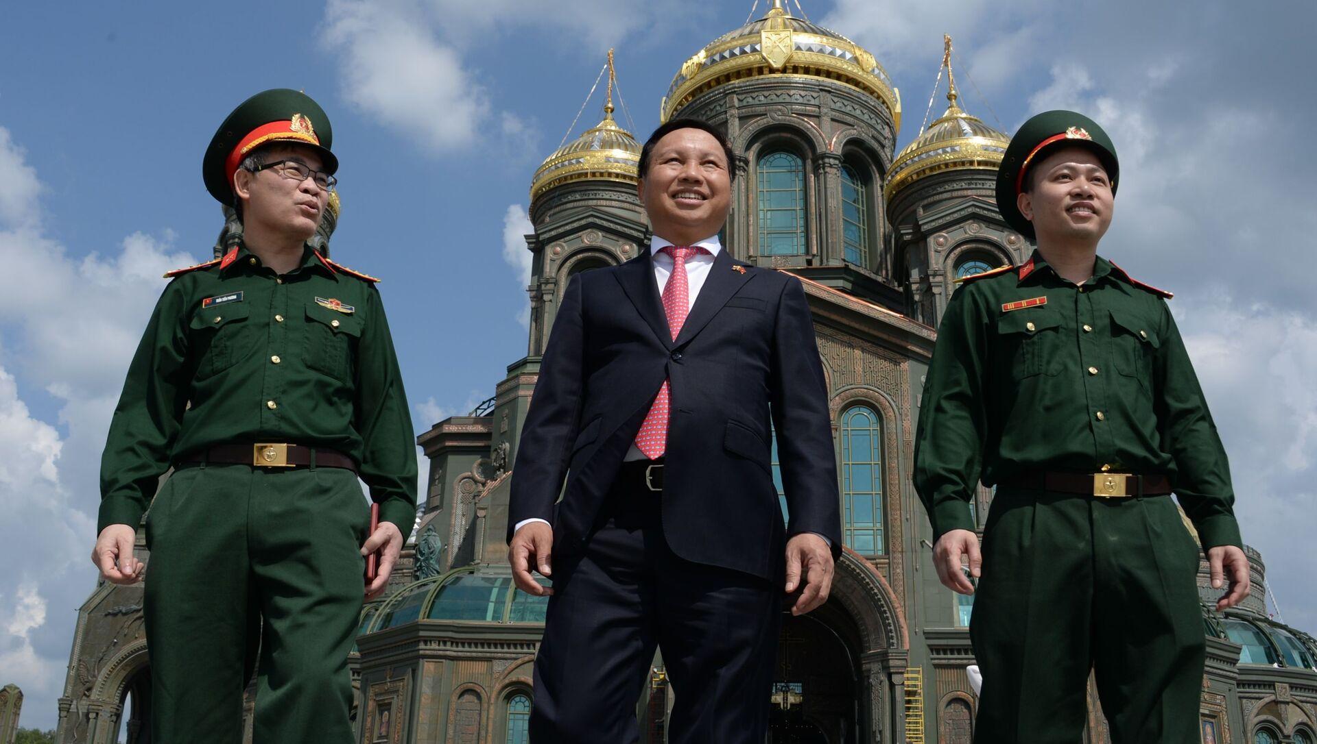 Đại sứ Việt Nam tại Nga Ngô Đức Mạnh trong chuyến thăm Giáo đường chính của Lực lượng Vũ trang Liên bang Nga tại công viên Ái Quốc (Patriot), ngoại ô Moskva - Sputnik Việt Nam, 1920, 13.04.2021