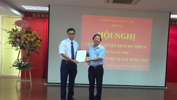 Ông Trương Quang Việt (bên trái) - Phó Giám đốc Bệnh viện Tim Hà Nội giữ chức Phó Giám đốc Phụ trách điều hành Trung tâm Kiểm soát bệnh tật Hà Nội. - Sputnik Việt Nam