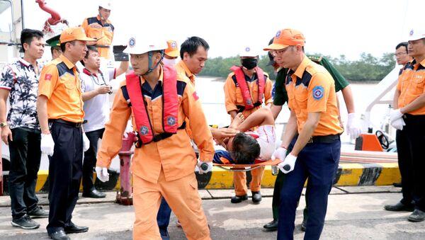 Lực lượng cứu hộ đưa thuyền viên về bờ. - Sputnik Việt Nam