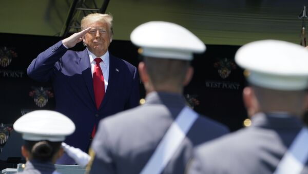 Donald Trump nói chuyện với các sinh viên tốt nghiệp Học viện quân sự West Point ở bang New York - Sputnik Việt Nam