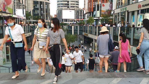Người qua đường trên một con phố ở Bắc Kinh - Sputnik Việt Nam