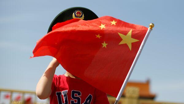 Cậu bé mặc áo phông có cờ của Trung Quốc. - Sputnik Việt Nam
