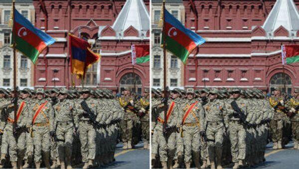 Những người lính của Quân đội Quốc gia Azerbaijan với lá cờ Armenia phía sau và không có nó - Sputnik Việt Nam