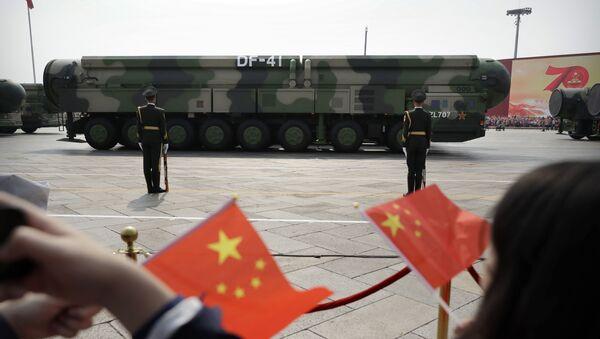 Dongfeng-41, DF-41 là tên lửa đạn đạo xuyên lục địa nhiên liệu rắn của Trung Quốc được thiết kế để cung cấp điện tích hạt nhân. - Sputnik Việt Nam