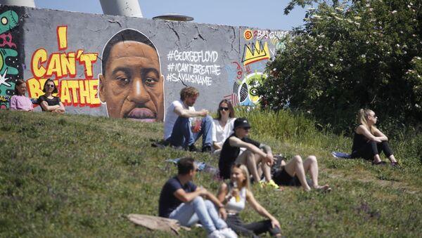 Graffiti trong ký ức của George Floyd ở Berlin - Sputnik Việt Nam