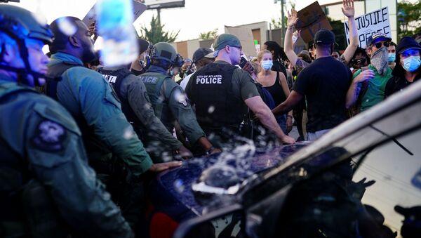 Cảnh sát và người biểu tình sau vụ sát hại Rayshard Brooks người Mỹ gốc Phi ở Atlanta - Sputnik Việt Nam