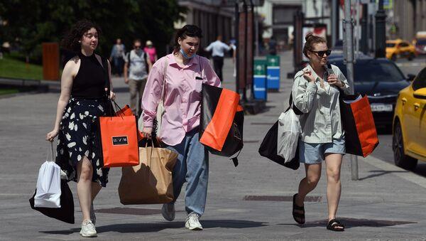 Phụ nữ mua hàng từ cửa hàng TSUM trên Phố Kuznetsky nhất ở Moscow - Sputnik Việt Nam