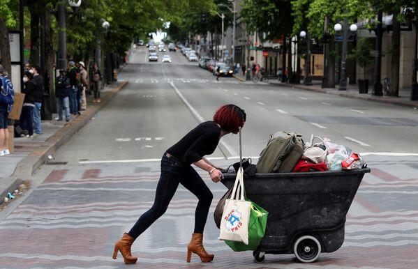 Người phụ nữ đẩy xe trong cuộc biểu tình chống phân biệt chủng tộc ở trung tâm thành phố Seattle, Hoa Kỳ - Sputnik Việt Nam