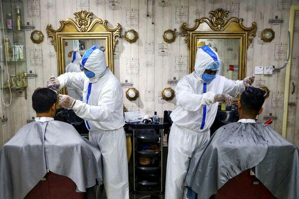 Thợ cắt tóc mặc đồ bảo hộ ở tiệm làm tóc tại Dhaka, Bangladesh - Sputnik Việt Nam