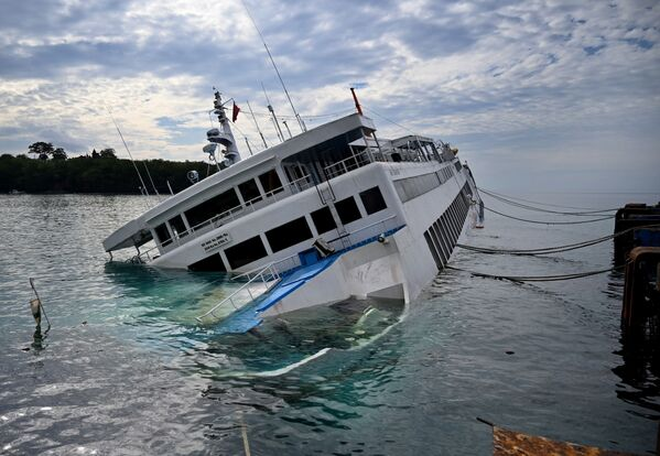 Phà chìm tại cảng Padangbai, đảo Bali - Sputnik Việt Nam
