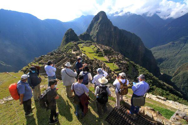 Các chuyên gia do Thống đốc Cuzco Jean Paul Benavente dẫn đầu trong chuyến thăm Machu Picchu - Sputnik Việt Nam