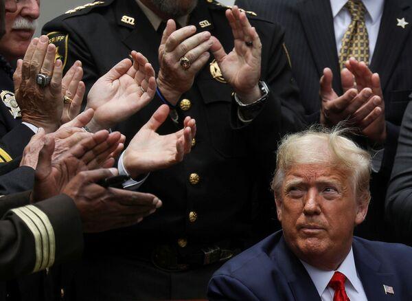 Tổng thống Mỹ Donald Trump sau khi ký lệnh cải cách cảnh sát tại Vườn hồng Nhà Trắng, Mỹ - Sputnik Việt Nam