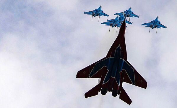 """Các đội nhào lộn trên không """"Hiệp sĩ Nga"""" và """"Chim én"""" trên máy bay chiến đấu MiG-29 và Su-30SM diễn tập cho cuộc diễu bình Ngày Chiến thắng - Sputnik Việt Nam"""
