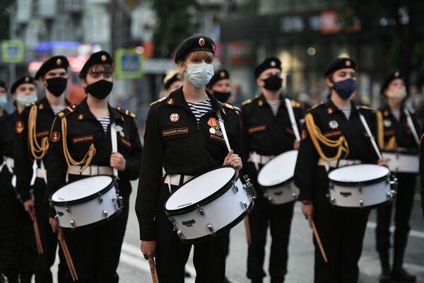 Các tay trống Yunarmia tại buổi diễn tập diễu binh Ngày Chiến thắng ở Simferopol, LB Nga - Sputnik Việt Nam