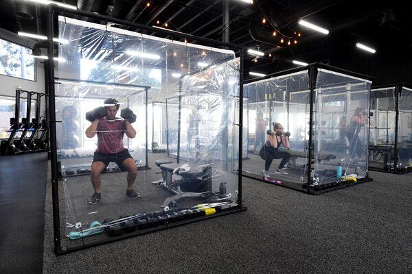Thành viên câu lạc bộ Inspire South Bay Fitness ở California tập luyện trong các khoang đặc biệt  - Sputnik Việt Nam