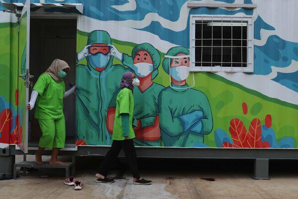 Nhân viên y tế trong phòng thí nghiệm di động ở Jakarta, Indonesia - Sputnik Việt Nam