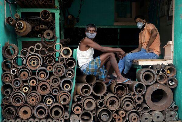 Công nhân đeo khẩu trang tại cửa hàng bán ống sắt ở Kolkata, Ấn Độ - Sputnik Việt Nam