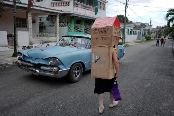 Người phụ nữ đeo hộp các tông chống coronavirus trên đường phố Havana, Cuba - Sputnik Việt Nam