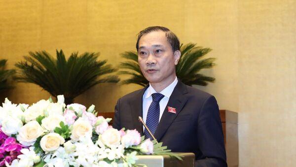 Chủ nhiệm Ủy ban Kinh tế của Quốc hội Vũ Hồng Thanh trình bày Báo cáo giải trình, tiếp thu, chỉnh lý dự thảo Nghị quyết sửa đổi, bổ sung một số nội dung của Nghị quyết số 52/2017/QH14 ngày 22/11/2017 của Quốc hội về chủ trương đầu tư Dự án xây dựng một số đoạn đường bộ cao tốc trên tuyến Bắc - Nam phía Đông giai đoạn 2017 - 2020. - Sputnik Việt Nam