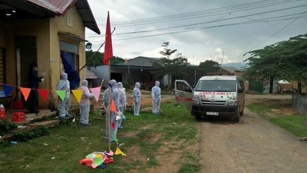 Xe cứu thương bàn giao thi thể bệnh nhân tử vong cho ngành y tế và gia đình tại xã Quảng Hòa, huyện Đắk G'Long, tỉnh Đắk Nông. - Sputnik Việt Nam