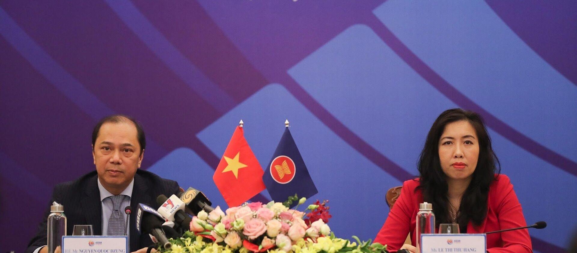 Thứ trưởng Bộ Ngoại giao Nguyễn Quốc Dũng (trái) chủ trì Họp báo về Hội nghị cấp cao ASEAN lần thứ 36. - Sputnik Việt Nam, 1920, 23.06.2020