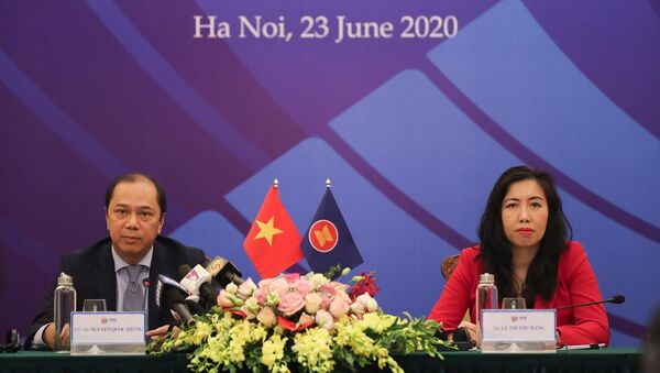 Thứ trưởng Bộ Ngoại giao Nguyễn Quốc Dũng (trái) chủ trì Họp báo về Hội nghị cấp cao ASEAN lần thứ 36. - Sputnik Việt Nam