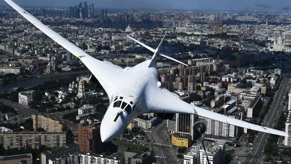 Máy bay ném bom Tu-160 tại Cuộc diễu hành quân sự kỷ niệm 75 năm Chiến thắng ở Moskva - Sputnik Việt Nam