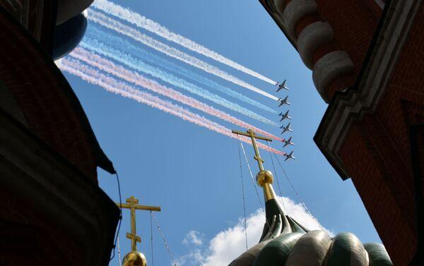 6 máy bay Su-25 tại Cuộc diễu hành quân sự kỷ niệm 75 năm Chiến thắng ở Moskva - Sputnik Việt Nam