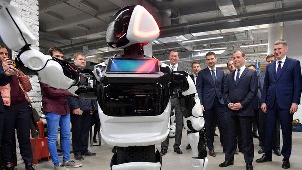 Thủ tướng Nga Dmitry Medvedev, Thống đốc Lãnh thổ Perm Maxim Reshetnikov và Chủ tịch hội đồng quản trị Promobot LLC Alexei Yuzhakov trong chuyến thăm gian hàng của Promobot tại công viên công nghệ kỹ thuật số Morion ở Perm. - Sputnik Việt Nam