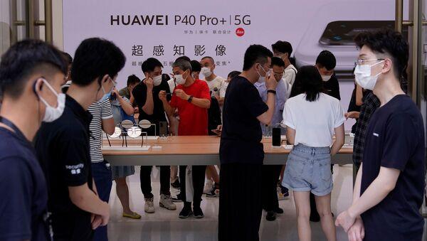 Khách tham quan  đeo khẩutrang bảo vệ tại cửa hàng Huawei - Sputnik Việt Nam