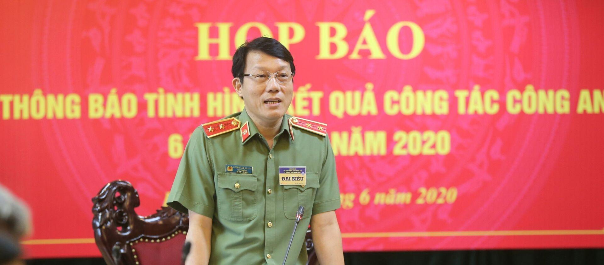 Trung tướng Lương Tam Quang, Thứ trưởng Bộ Công an trả lời các câu hỏi của phóng viên.  - Sputnik Việt Nam, 1920, 26.06.2020