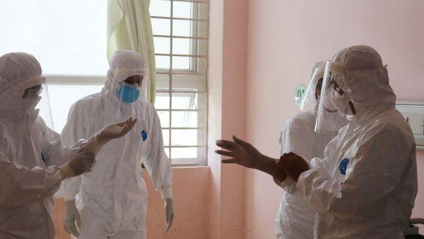 Đội phản ứng nhanh của Bệnh viện Chợ Rẫy hướng dẫn nhân viên y tế Bệnh viện Bà Rịa mặc trang phục bảo hộ. - Sputnik Việt Nam