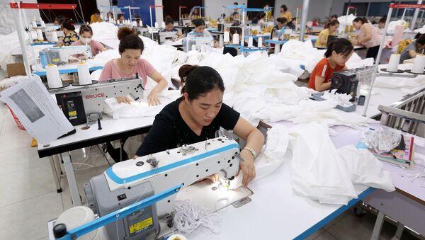 35 học viên của trường thực tập tại Công ty TNHH May Nam Thái Nguyên, sau khi tốt nghiệp được Công ty tiếp nhận vào làm việc. - Sputnik Việt Nam