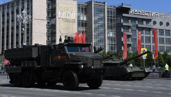 Hệ thống súng phun lửa hạng nặng (TOS) của hệ thống tên lửa phóng đa năng Tosochka của Tosh-2 tại Diễu hành Chiến thắng ở Moscow - Sputnik Việt Nam