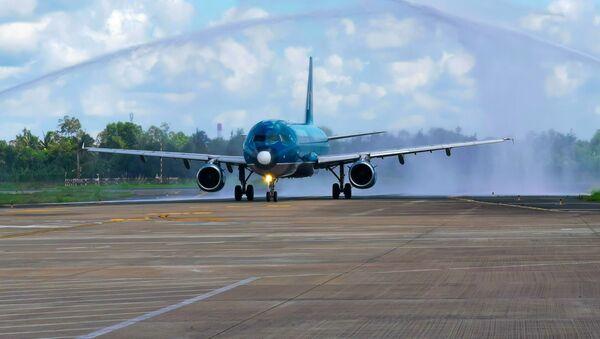 Chuyến bay đầu tiên của Vietnam Airlines từ Hải Phòng hạ cánh tại sân bay Cần Thơ. - Sputnik Việt Nam