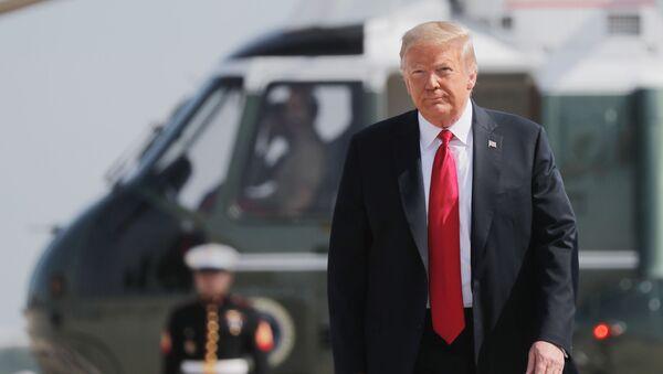 Tổng thống Mỹ Donald Trump trên nền của một máy bay trực thăng quân sự - Sputnik Việt Nam