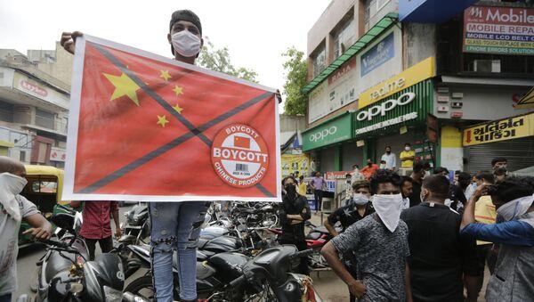 Một người đàn ông cầm một tấm áp phích kêu gọi tẩy chay hàng hóa Trung Quốc tại thành phố Ahmedabad, Ấn Độ - Sputnik Việt Nam