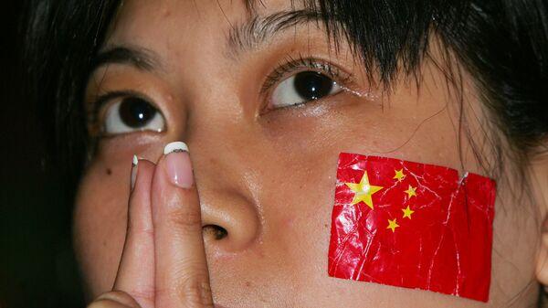 Cô gái với lá cờ Trung Quốc trên má. - Sputnik Việt Nam