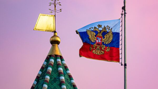 Ngọn tháp của Tháp Thượng viện Kremlin và phủ Tổng thống Liên bang Nga tại Cung điện Thượng viện - Sputnik Việt Nam