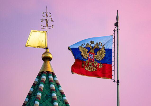 Ngọn tháp của Tháp Thượng viện Kremlin và phủ Tổng thống Liên bang Nga tại Cung điện Thượng viện