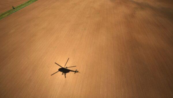 Bóng chiếc trực thăng MI-8AMTSh đang bay trên cánh đồng - Sputnik Việt Nam