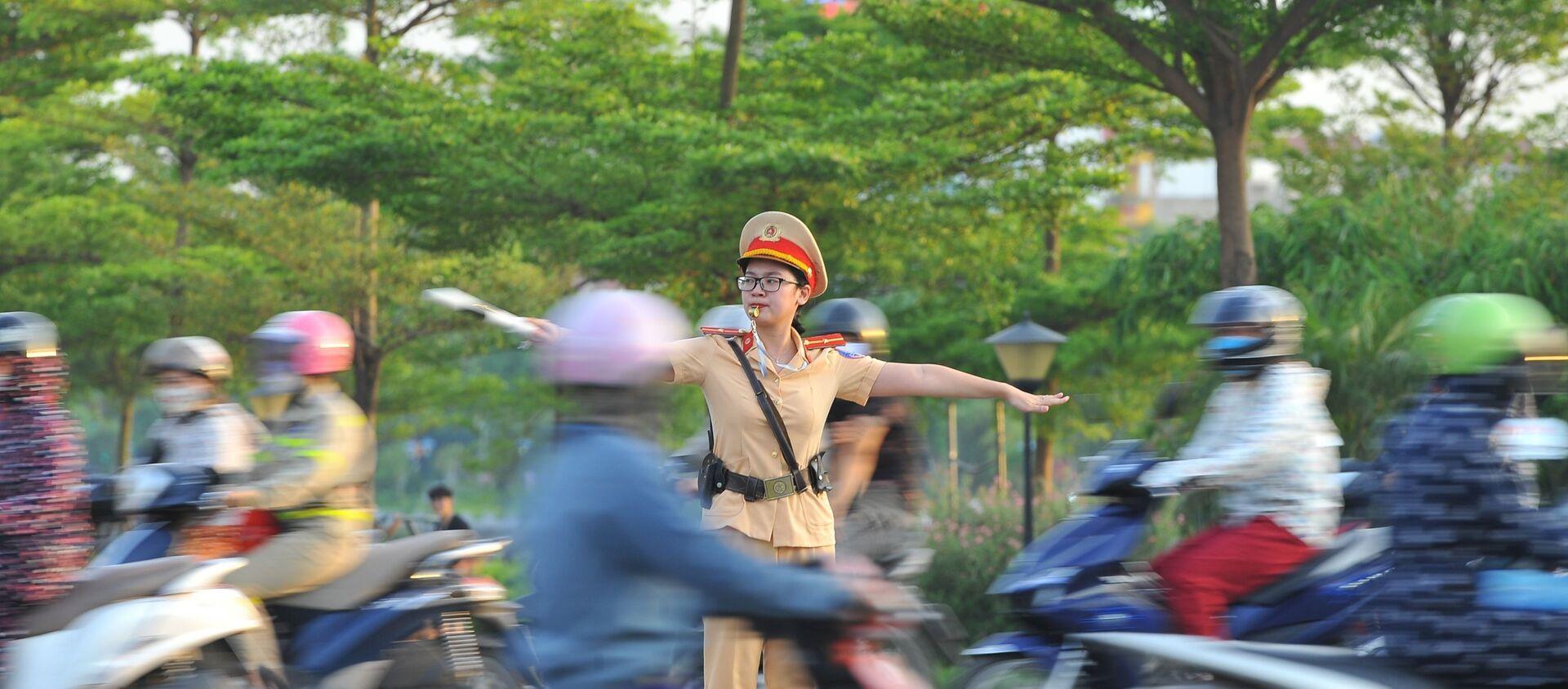 Các chiến sỹ Cảnh sát giao thông Công an Tp Ninh Bình bám chốt, ứng trực phân luồng giao thông trong những ngày nắng nóng đỉnh điểm. - Sputnik Việt Nam, 1920, 02.07.2020