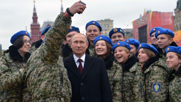 Tổng thống Nga Vladimir Putin chụp ảnh với các thành viên của Trung tâm ái quốc Vympel trên Quảng trường Đỏ - Sputnik Việt Nam