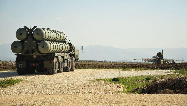 Hệ thống tên lửa phòng không S-400 làm nhiệm vụ chiến đấu tại căn cứ không quân Nga ở Hmeymim, Syria - Sputnik Việt Nam