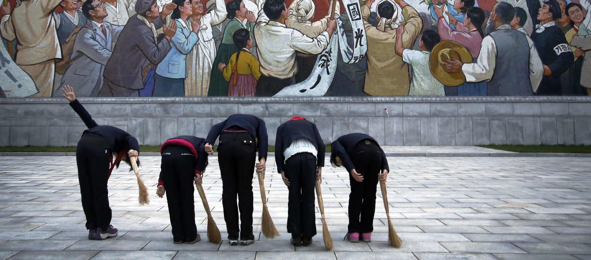 Các nữ sinh trước bức bích họa chân dung cố lãnh tụ CHDCND Triều Tiên Kim Il Sung - Sputnik Việt Nam, 1920, 28.06.2021