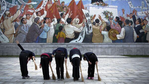 Các nữ sinh trước bức bích họa chân dung cố lãnh tụ CHDCND Triều Tiên Kim Il Sung - Sputnik Việt Nam
