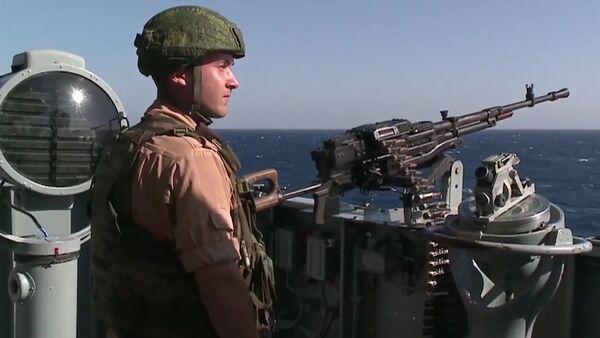 """Quân nhân Nga trực chiến cảnh giới trên tuần dương hạm tên lửa Cận vệ """"Matxcơva""""  ngoài khơi bờ biển Latakia - Sputnik Việt Nam"""