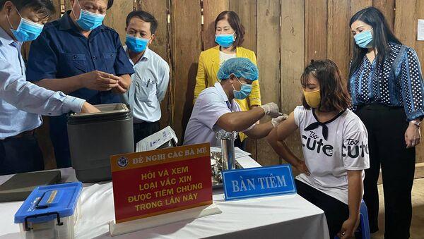 Thứ trưởng Đỗ Xuân Tuyên kiểm tra việc tiêm chủng tại xã Quang Hoà, huyện Đắk Glong. - Sputnik Việt Nam