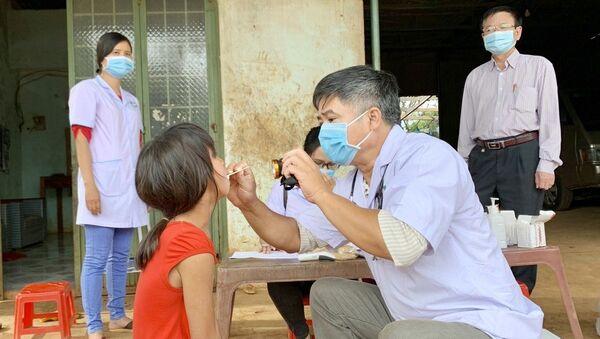 Ngành y tế tỉnh Gia Lai thực hiện khám sàng lọc cho người dân tại làng Bông Hiot, xã Hải Yang, huyện Đak Đoa- nơi có ca bệnh bạch hầu tử vong. - Sputnik Việt Nam