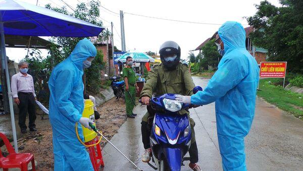 Chốt kiểm dịch do UBND huyện Sa Thầy tổ chức tại khu vực làng O, làng Trang, xã Ya Xiêr để ngăn chặn dịch bạch hầu lan rộng. - Sputnik Việt Nam